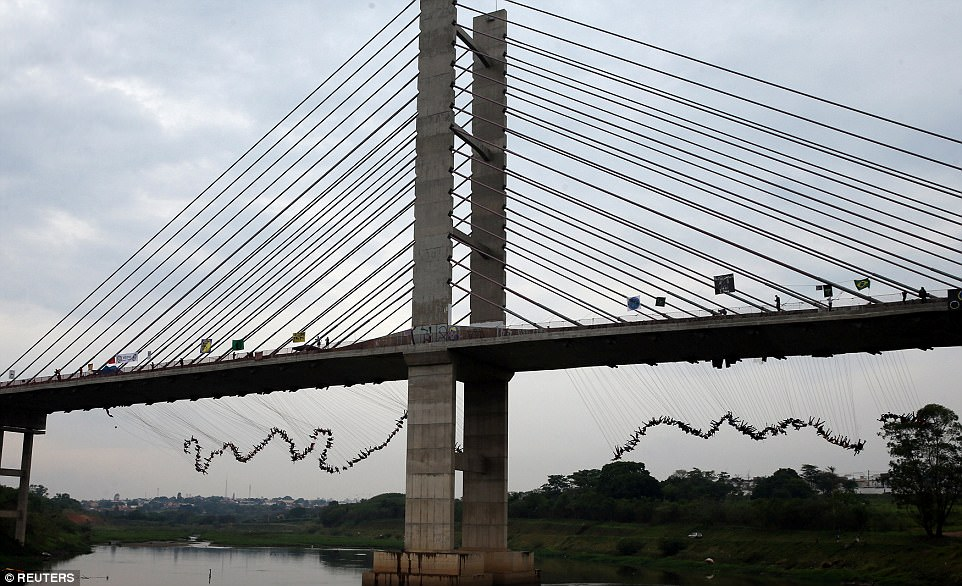 Watch : 245 people jump off bridge in Brazil